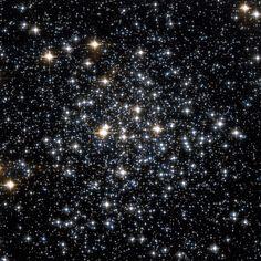 Cúmulo Messier 71 (M71 o NGC 6838) es un cúmulo globular en la constelación Sagita. La estrella variable irregular Z Sagittae es un miembro de este cúmulo. El cúmulo globular M71, es relativamente viejo, se data su nacimiento hace aproximadamente 9 o 10 miles de millones de años, como la mayoría de cúmulos globulares.