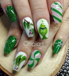 Nail art Christmas - the festive spirit on the nails. Over 70 creative ideas and tutorials - My Nails Cute Christmas Nails, Christmas Nail Art Designs, Xmas Nails, Winter Nail Designs, Colorful Nail Designs, Valentine Nails, Elegant Christmas, Grinch Christmas, Holiday Acrylic Nails