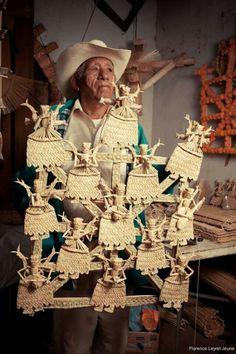 mexico tradition Straw fishermen Michoacan artisans Mexican folk art Florence Leyret Jeune Tzintzuntzan artesania artesanos de Michoacan lake Patzcuaro pescadores artisans of michoacan chuspata straw artist lago de Patzcuaro Janitzio Mexico Style, Mexico Art, Mexican Artists, Mexican Folk Art, Mexican Artwork, Mexican Costume, Mexican Crafts, Mexican Stuff, Day Of The Dead Art