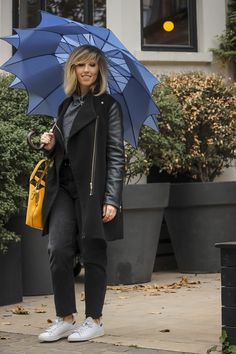 Parapluie long en forme d'étoile bleu, star umbrella blue, rainy outfit, outfit with rain, tenue de pluie, le monde du parapluie Long Umbrella, Madame, Jeans, Winter Jackets, Fashion, Rainy Outfit, Umbrellas, Fit, Blue