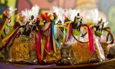 saquinhos plásticos amarrados com imagem de Santo Antônio, coloque pé de moleque, doce de abóbora e outros docinhos típicos de festa junina