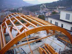 Estructura construida en vigas curvas de madera laminada.  www.navarrolivier.com