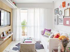 A designer de interiores Paola Ribeiro desenvolveu um painel de marcenaria bem fino para embutir a TV