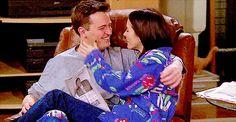 Quando eles faziam palavras-cruzadas juntos.   24 momentos do romance de Monica e Chandler que vão tocar seu coração
