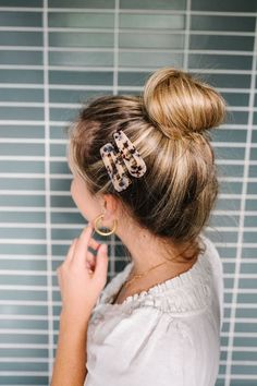 This Easy Summer Up Do Hair Tutorial is perfect for vacation and those days when you want to do something quick but cute with your hair! Click through! - The Effortless Chic #summerhair #updo #updohairstyles #vacationstyle