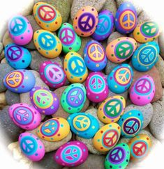 Hi and Happy Easter! Wishing you Peace, Joy, Love and lots of Chocolate! Here are some Easter Peace Rocks that I spread around town! Peace Painting, Hippie Painting, Stone Painting, Jesus Painting, Happy Rock, Hippie Crafts, Hippie Art, Rock Painting Ideas Easy, Rock Painting Designs