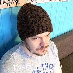 """Мужская шапка с вставкой из """"кос"""", связанная спицами"""