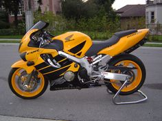 Honda CBR600F4 with colour matched rims