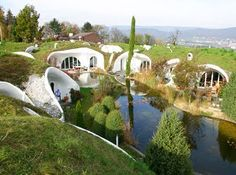 Earth House projects from Erdhaus, swiss architect and team. Compared to traditional residential houses built on the ground, the aim of building an earth house is another: Not to live under or in the ground, but with it Earthship, Green Building, Building A House, Natural Building, Building Design, Amazing Architecture, Architecture Design, Green Architecture, Casa Dos Hobbits