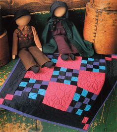 Amish dolls and quilt Mini Quilts, Amische Quilts, Small Quilts, Sampler Quilts, Quilt Baby, Amish Dolls, Amish Culture, Advanced Embroidery, Quilt Storage