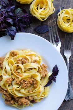 Pasta with bolognese sauce on wooden background Italian Pasta, Italian Dishes, Italian Recipes, Pasta Dishes, Food Dishes, Pasta Recipes, Cooking Recipes, Pasta Meals, Ragu Bolognese
