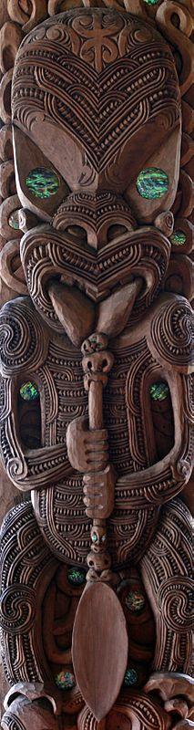 Maori carvings of New Zealand KahuroaKahungunu: Kahungunu was the ancestor of the Māori tribe Ngāti Kahungunu, and is seen here holding a hoe and a canoe paddle. The carving is part of the canoe house on Treaty grounds, Waitangi. Polynesian People, Polynesian Art, Polynesian Tattoos, Art Maori, Maori Tribe, Maori People, Maori Designs, New Zealand Art, Art Sculpture