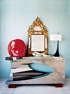 Sur la console argentée Piercing, du designer, est exposée une petite galerie d'objets d'époque de styles variés. De gauche à droite : The Skull de Xavier Veilhan, miroir doré du XVIIIe, cranes d'animaux et lampes Epine, noir et blanc, toujours de Van der Straeten.