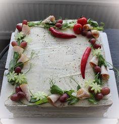 Kevään ylioppilasjuhliin valmistui myös suolaisia kakkuja, tässä 3 x 25 hlön kana-pestokakut (la)