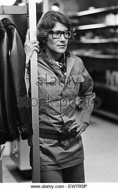 Yves Saint Laurent le 10 Septembre 1969 lors de l inauguration de la première boutique Rive Gauche de Londres