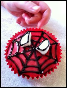 {Spiderman Cupcakes Tutorial} Surprised by how easy it actually looks...