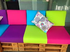 Colored sofa for the terrace Wooden Pallet Projects, Pallet Art, Wooden Pallets, Pallet Sofa, Pallet Furniture, Pallet Building, Diy Fan, Outdoor Crafts, Pallet Creations