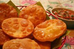 Siguiendo con la semana chilena no podían faltar las sopaipillas y menos aún el pebre. INGREDIENTES Para las sopaipillas… 400 grs de harina 150 grs de zapallo (calabaza) 1 cdita de polvos roy…
