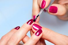 I'm a leftie and applyingnail polish can be quite frustrating. Thankfully, I'vegot a few great tips to help make the process super easy. From removing old nail polish to preventing chips, I've got you covered. 1. Dip your hands in ice water for 3 minutes to dry your nails super