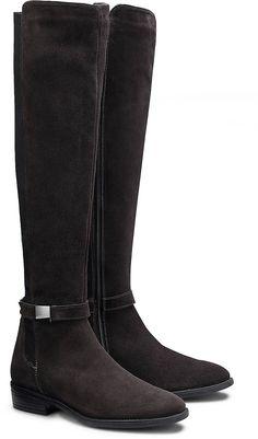 Ein modischer Overknee-Stiefel vom Label Cox verzaubert uns auf anmutige Weise aus weichem Nubukleder in Anthrazit mit sportlichem Stretch und dekorativem Riemchen-Detail.