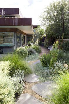 ▷ 1001 + Ideas for modern garden design to enjoy on warm days - Garten, Balkon & Pflanzen Tuscan Garden, Garden Cottage, Mediterranean Garden, Modern Landscaping, Front Yard Landscaping, Hard Landscaping Ideas, Large Landscaping Rocks, Colorado Landscaping, Landscaping Edging