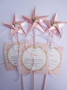 convite princesa c/varinha revestida em cetim estrela de origami e detalhes de renda e fita de cetim <br>Tamanho do convite aprox. 9x9cm <br>Impresso em papel couchê 230g. <br>Tamanho da vara aprox. 27 cm. <br>Acompanha saquinho de celofane,fita de cetim. <br>Tag c/nome dos convidados acrescimo de 0,30 cada. <br>Pedido minimo 30pçs