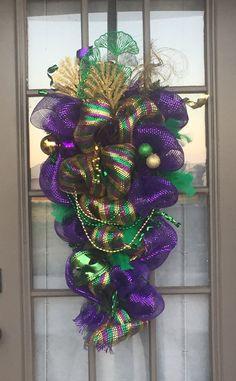 Mardi Gras Centerpieces, Mardi Gras Decorations, Valentine Decorations, Mardi Gras Outfits, Mardi Gras Costumes, Carnival Costumes, Mardi Gras Wreath, Mardi Gras Party, Deco Wreaths