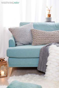 Wir lieben das Farbenspiel zwischen Warm & Kalt! Zum Sofa in kühlem Eisblau passt in dieser Saison am allerbesten Kupfer – weil es topangesagt und einen Hauch lässiger als Gold ist.