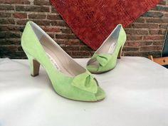 Zapatos con el medio lazo que puestos quedan preciosos y muy elegantes y de novia son geniales.