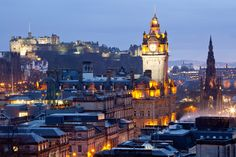 首都であり、スコットランド第二の都市であるエジンバラは、街を見渡すような形で切り立った崖の上にそびえ立つエジンバラ城がシンボル。また、エリザベス女王の別荘であるホーリールードハウス宮殿もあり、女王が不在の時には一般の人々にも公開されています。
