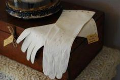 Brocante zeemleren halflange witte handschoenen