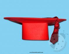 Tocco di laurea con cartoncino Lo conosciamo tutti il famoso capello di laurea; esso rappresenta bene lo studio e visto che siamo ormai arrivati alla fine