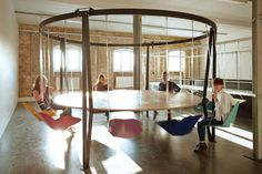 Mettez du fun dans vos réunions avec la table-balançoire : une idée pour un espace de #coworking  ?