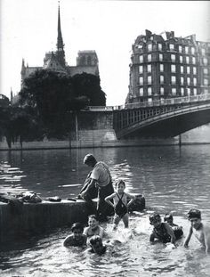 Bath in the Seine Paris circa 1930 Agence Keystone Chamade - Vintage French Photos Old Pictures, Old Photos, Vintage Photos, Paris Black And White, Black And White Pictures, Vintage Paris, French Vintage, Pont Paris, Fotojournalismus