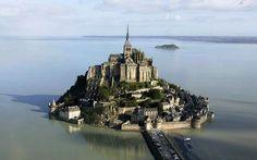 Во Франции находится знаменитый замок Мон Сен-Мишель #SwissHalley #travel #СвиссХейли #Путешествия #France