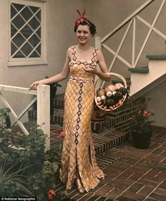 """maudelynn: """" A photo from a 1939 edition of National Geographic shows a model dressed in a gown made entirely out of grapefruit peels. It was made to celebrate Rio Grande Delta's harvest season """" 1930s Fashion, Art Deco Fashion, Vintage Fashion, Fashion Design, Vintage Gowns, Vintage Ladies, Vintage Outfits, Weird Vintage, Mega Fashion"""