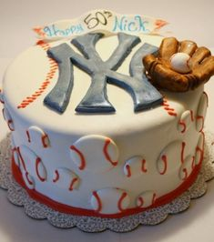 New York Yankees Cake.this is an awesome baseball cake Fancy Cakes, Cute Cakes, Cake Cookies, Cupcake Cakes, Fondant Cakes, Beautiful Cakes, Amazing Cakes, Red Sox Cake, Yankee Cake