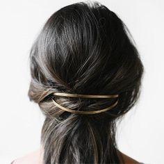 Die Haare offen lassen und ein paar Strähnen vom Oberkopf am Hinterkopf locker mit einer Haarklammer oder einer lässigen Haarspange fixieren.