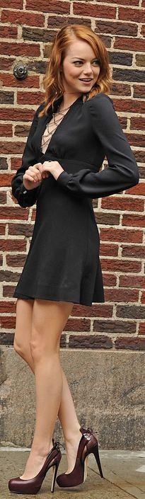 Emma Stone estilosérrima, com pretinho básico e sapato bordô! Linda, linda.