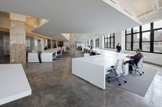 Horizon Media / a + i architecture CEILING estudio piso cemento blanco  escritorio