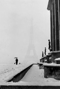 Tour Eiffel (1940)|Lee Miller photo vintage noir et blanc paris les plus belles photos de paris sous la neige