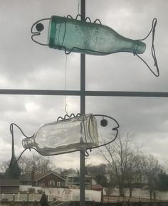 How to make DIY Hanging Bottle Fish Art from any old bottle and some wire. Free step by step instructions. http://www.DIYeasycrafts.com