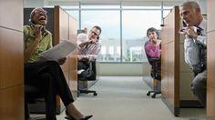 Trabajadores en cubículos molestos por compañera ruidosa