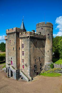 Château Dauphin à Pontgibaud, toujours habité par les comtes de Pontgibaud - Combrailles