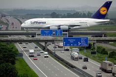 Lufthansa A380 pousando no Leipzig/Halle Airport. Parte do aeroporto é sobre a…