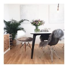 Have a beautiful Sunday! #freshflowers #sunnyweather #dinningroom #myhome#eames #vintageeames #fiberglasseames #midcenturymodern #nagel #nagelstager #wernerstoff #stoff #gubi#komplot #nordicdesign #interior #123interior