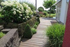 Naturstein und Holz - natürliche Elemente im Garten für Genießer
