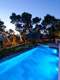 Le débordement par l'esprit piscine - 8 x 3,5 m Revêtement en marbre Escalier droit sur la largeur avec banquette Margelles et plage en pierre de Bourgogne