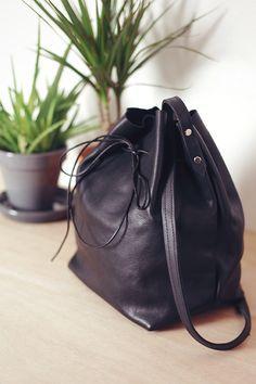 Comment faire un DIY sac seau en cuir ⎪ Elle Frost⎪ ...Tu seras étonné de voir comme c'est facile ce DIY sac en cuir, en plus ça va vite! Les avantages d...