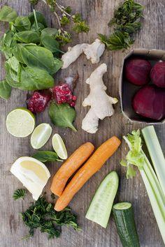 Råsaft är ett perfekt sätt att undvika matsvinn, i med alla mjuka grönsaker, trötta salladsblad, örter och andra kylskåpsfynd. Olika blandningsförslag här: http://martha.fi/sv/radgivning/recept/view-93381-4366